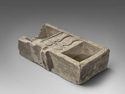 table d'offrandes rectangulaire à bec rectangulaire ; table d'offrandes à 2 bassins ; table d'offrandes à bec creusé