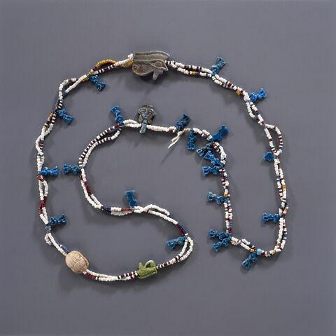 collier à pendentif ; collier à 2 rangs ; figurine de Bès au tambourin ; perle rondelle