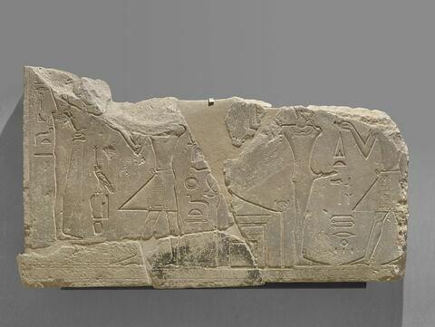 relief mural ; bloc de paroi  ; naos  ; autel