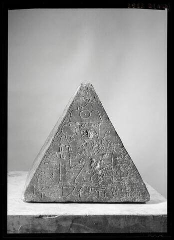 vue d'ensemble ; face C, face 3 © Musée du Louvre / Maurice et Pierre Chuzeville