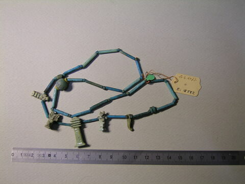 collier à pendentif ; amulette ; perle rondelle