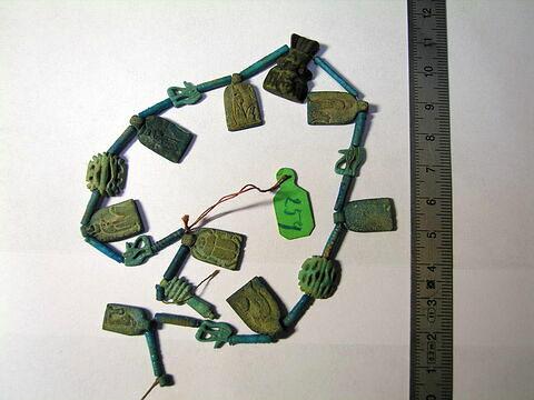 collier ; perle tubulaire  ; pendentif ; amulette  ; amulette oudjat quadruple symétrique  ; amulette oudjat