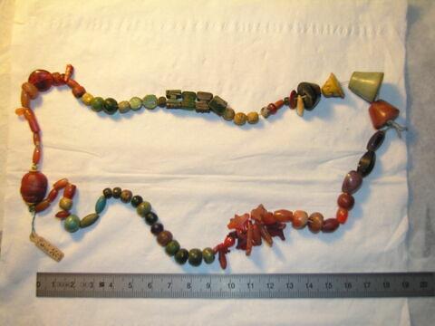 collier ; pendentif ; perle en olive ; amulette ; amulette ; perle fusiforme ; perle en pastille ovale dentelée ; scarabée