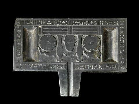 table d'offrandes rectangulaire à bec trapézoïdal ; table d'offrandes à bec creusé ; table d'offrandes à 2 bassins