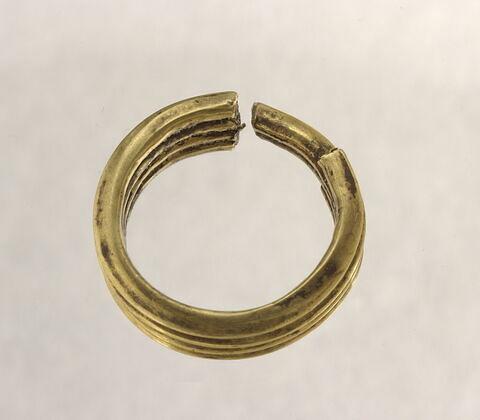 boucle d'oreille en anneaux coupés accolés