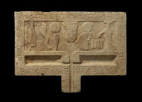 table d'offrandes rectangulaire à bec rectangulaire ; table d'offrandes à bec creusé ; table d'offrandes à 2 bassins
