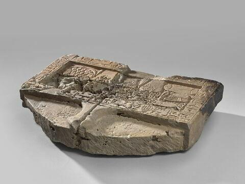 table d'offrandes rectangulaire à bec en pain caréné ; table d'offrandes avec rigole
