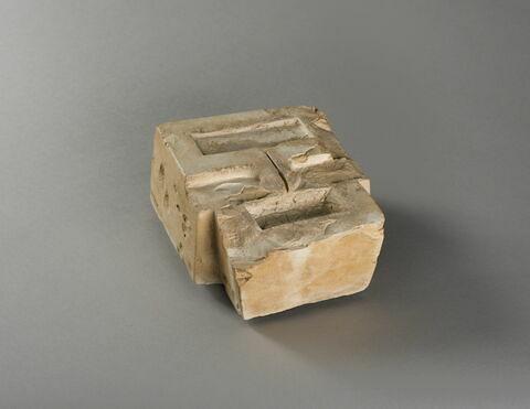 table d'offrandes rectangulaire à bec en pain ; bassin à libation avec rigole ; bassin à libation à 2 bassins