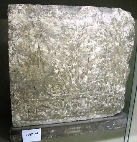 stèle rectangulaire  ; bloc de paroi