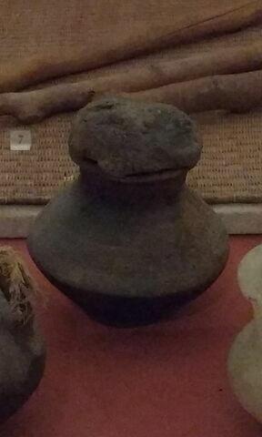 jarre biconique ; vase miniature ; avec contenu