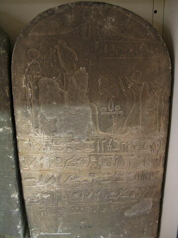 stèle cintrée ; stèle à 1 registre ; stèle de donation