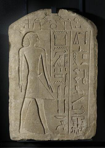 stèle biface ; stèle cintrée ; stèle à 2 registres
