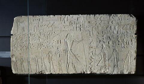 stèle rectangulaire allongée  ; linteau  ; relief mural