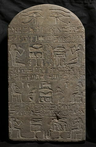 stèle cintrée ; stèle à 3 registres ; Stèle de Sasebek