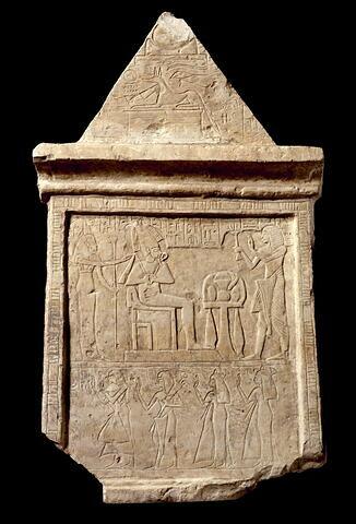 stèle rectangulaire à corniche et pyramidion ; stèle à 2 registres ; pyramidion