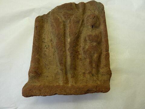 figurine féminine ; stèle en façade de naos
