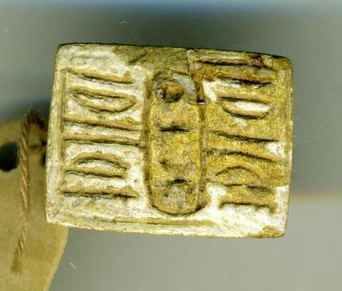 perle en pastille rectangulaire ; amulette ; scaraboïde