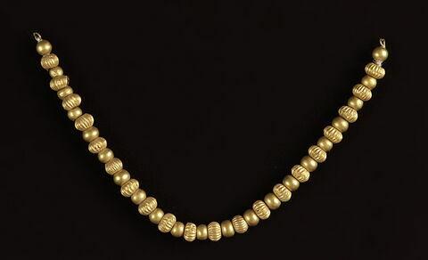 collier ; perle sphérique ; perle sphérique côtelée