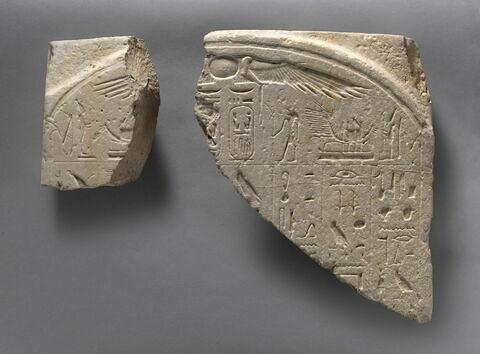stèle cintrée ; statue