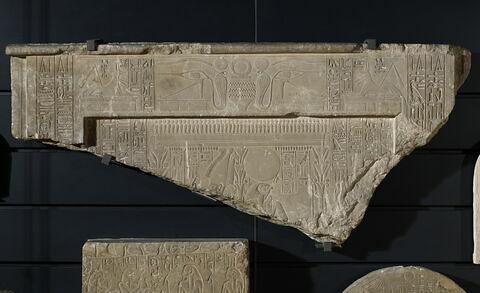 stèle rectangulaire à corniche