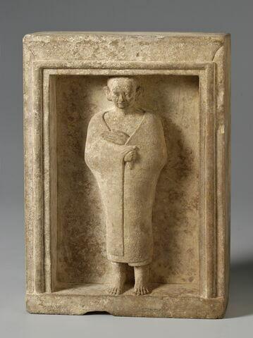 stèle en façade de naos ; statue