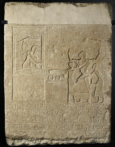 stèle rectangulaire  ; relief mural