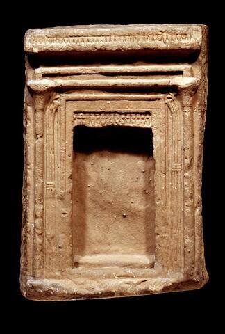 stèle en façade de naos ; stèle rectangulaire à corniche ; naos