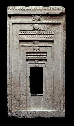 stèle en façade de naos