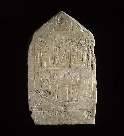 stèle rectangulaire à pyramidion