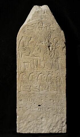 stèle cintrée à pyramidion