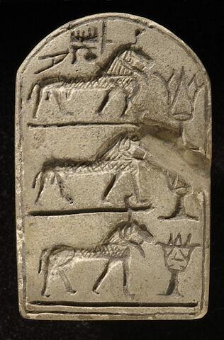 stèle à 3 registres ; stèle cintrée ; stèle miniature ; amulette