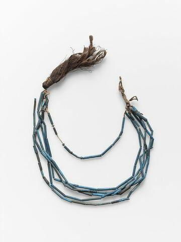 collier à pendentif ; collier à 3 rangs ; collier à pendentif