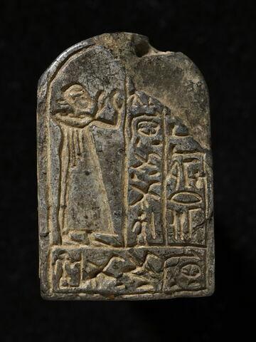 stèle cintrée ; stèle biface ; stèle miniature ; amulette