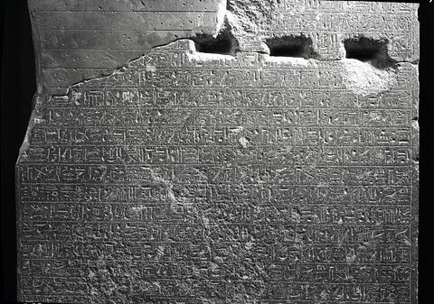 détail inscription ; partie médiane © Musée du Louvre / Maurice et Pierre Chuzeville