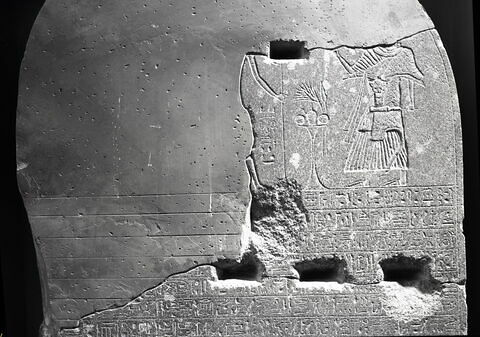 détail ; partie supérieure © Musée du Louvre / Maurice et Pierre Chuzeville