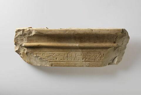 linteau à corniche ; stèle