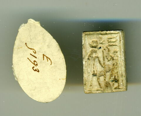 scaraboïde ; perle en pastille rectangulaire ; chaton de bague