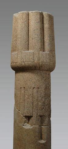colonne à chapiteau papyriforme fermé