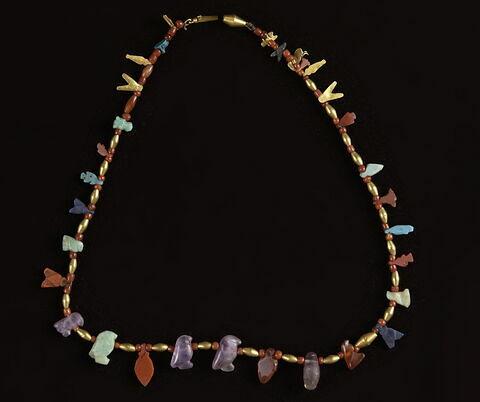 collier ; amulette ; perle en olive ; perle sphérique