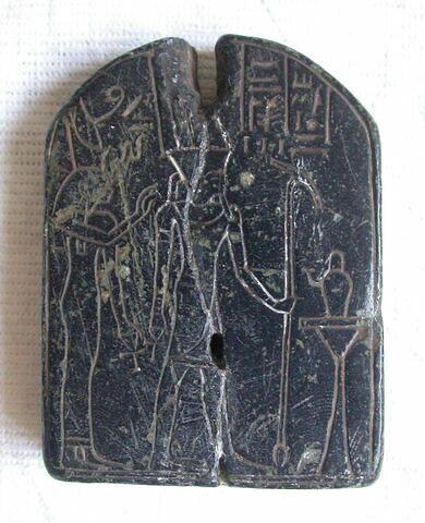 stèle cintrée ; stèle miniature ; stèle biface