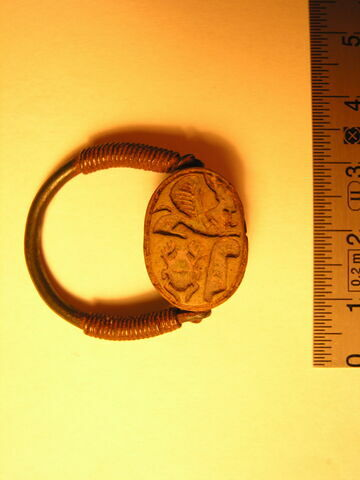 scarabée ; bague en anneau à extrémités enroulées