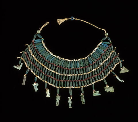 collier à 4 rangs ; perle en olive ; amulette