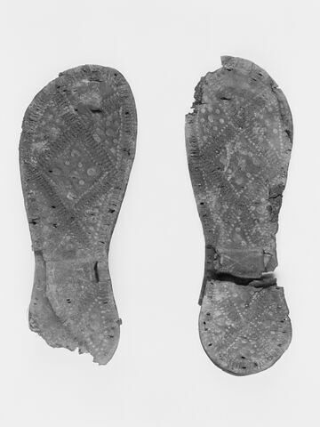 chaussure d'adulte ; sandale ; chaussure gauche