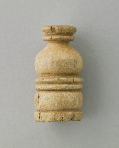 tabletterie ; bouchon de vase  ; élément de meuble