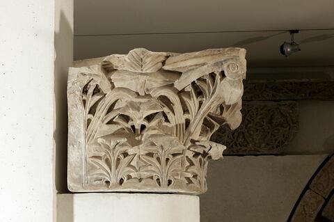 colonne engagée ; chapiteau
