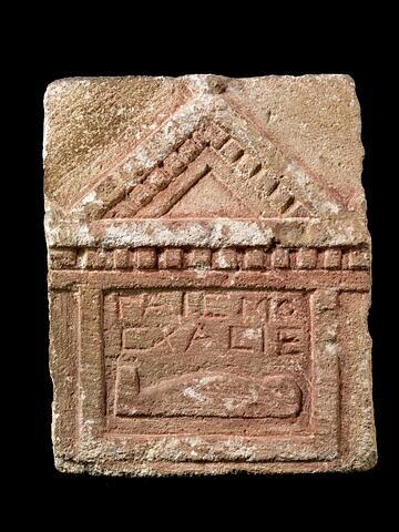 stèle à fronton