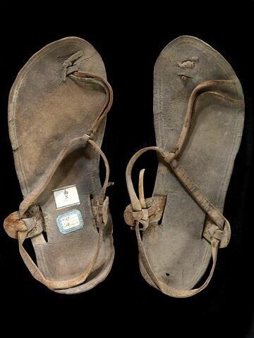 chaussure d'adulte  ; sandale à bout rond