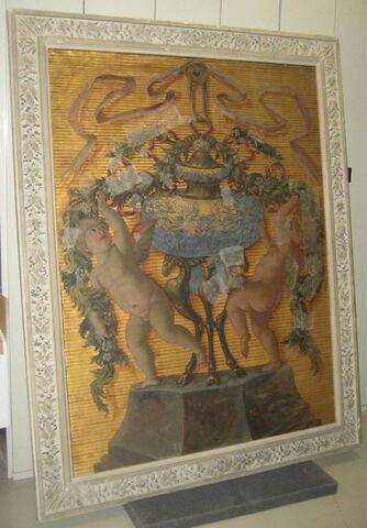 Vase de lapis posé sur un trépied antique