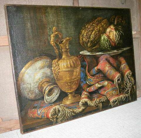 Vase, tapis et fruits