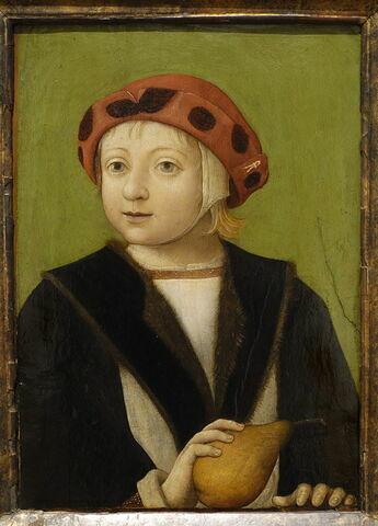 Enfant tenant une poire